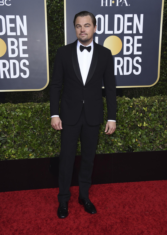 """Leonardo Di Caprio o """"LDC"""", como le llamó Brad Pitt en su discurso de aceptación de su Golden Globe, asistió a la ceremonia con un tuxedo clásico y lazo de Giorgio Armani. Sus zapatos de Jimmy Choo y joyería David Yurman. (AP)"""