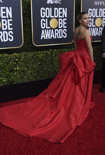 """Scarlett Johanson, la protagonista de la aclamada cinta """"Marriage Story"""" se hizo presente con un llamativo vestido rojo de cola larguísima y escote corazón, de Vera Wang.Lució un peinado repelado, pantallas, gargantilla y pulseras de brillantes de Bulgari. (AP)"""