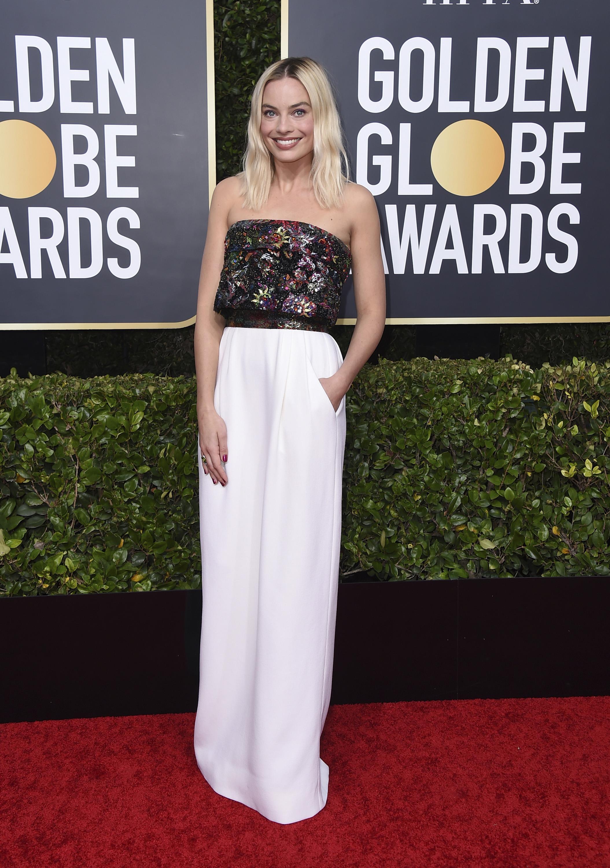 "Margot Robbie en un ""strapless"" con bolsillos de Chanel. (AP)"