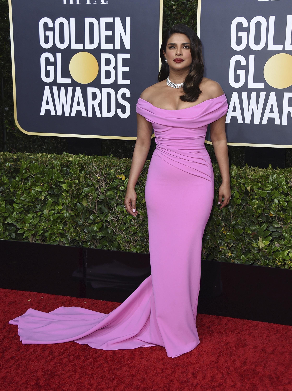 """Priyanka Chopra lució un modelo rosa """"off-the-shoulder"""", drapeado en el torso de Cristina Ottaviano y completó el """"look""""con ondas suaves, a lo Marilyn Monroe y collar de brillantes de Bulgari.  (AP)"""