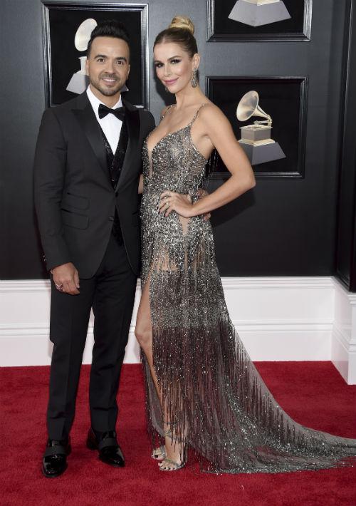 Luis Fonsi y Águeda López fueron una de las parejas más elegantes de la noche. El cantante llevó etiqueta negra con chaleco de lentejuelas, mientras que su esposa lució un modelo de tirantes en tono metálico, de Juana Martin. (Foto: AP)