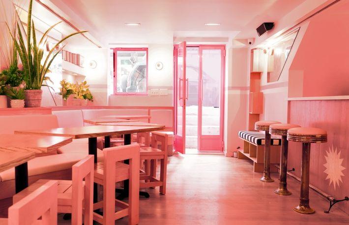 """El paraíso para los amantes del color rosa.  En el """"diner"""" estilo """"Kitsch – años 50"""", Pietro Nolita en Nueva York, todo, todo, todo, es rosa. Este destino es el sitio """"in"""" para tomarte algo ligero y disfrutar la experiencia. 174 Elizabeth St., Nueva York."""