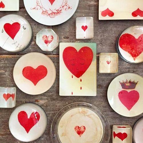 """¿Cuántas formas para un corazón? Ilimitadas…, con el arte y la imaginación en las piezas de """"decoupage"""" de John Derian. ¡Ay corazón, corazón!"""