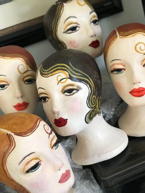 """Coleccionando estas cabezas """"recicladas"""" de maniquís vintage y obsesionada con el arte de Margaret Adams. Recicla y """"crea de lo ordinario, lo extraordinario"""". (Foto: Suministrada)"""
