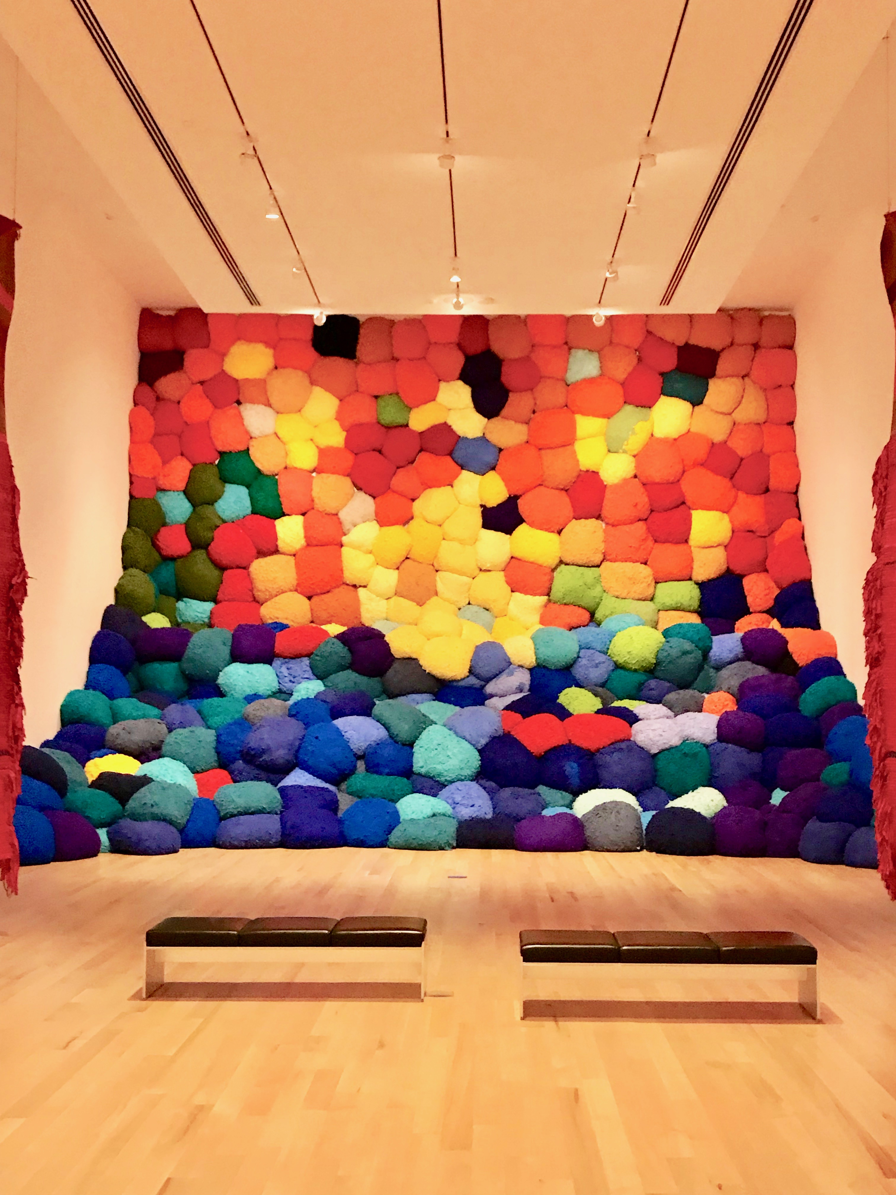 """The Bass Me impresionó la exposición """"Campo Abierto"""", de la escultora Sheila Hicks, considerada la mayor exponente del expresionismo abstracto en textiles. Una obra monumental e innovadora. 2100 Collins Avenue, Miami. Foto suministrada"""