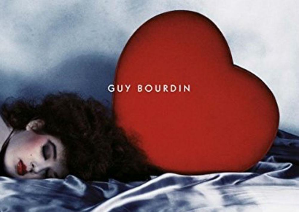 """""""Guy Bourdin: A message for you"""". Un libro que recopila las imágenes surrealistas, extrañamente bellas de Guy Bourdin. Uno de los más destacados fotógrafos del siglo XX. Para todo fashionista. (Foto: Suministrada)"""