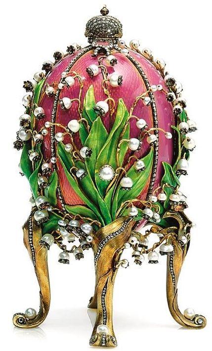 """Siempre que pienso en la flor emblemática del mes de mayo, el lirio del valle, recuerdo el maravilloso huevo imperial llamado """"Los Lirios del Valle"""", una creación del orfebre Carl Fabergé en 1898, para el Zar Nicolás II de Rusia. Los lirios están hechos con perlas y diamantes. Una obra maestra irrepetible."""