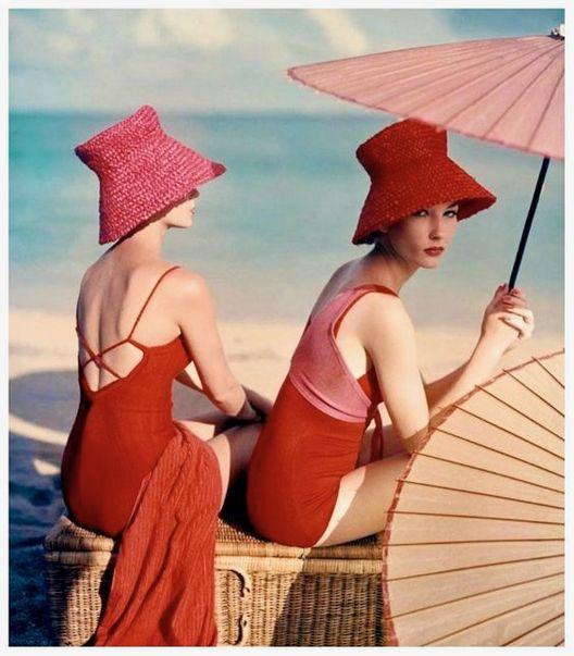 """Hay fotografías tan maravillosas que sobrepasan el paso del tiempo, como esta, """"Parasol Rojo"""" (1959) de Louise Dahl-Wolfe; la mujer que """"revolucionó la fotografía de modas"""", con su trabajo para Harper's Bazaar en las décadas del 30 al 50."""
