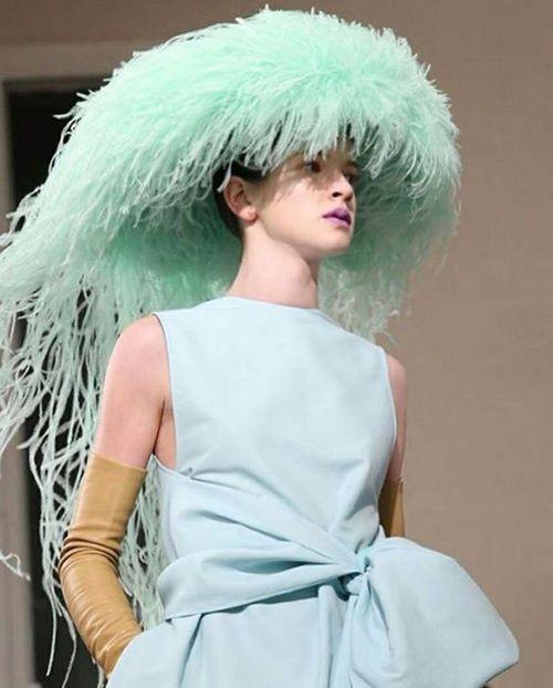 ¡Bravissimo! La colección de alta costura Primavera 2018 por Pierpaolo Piccioli para Valentino fue mágica, magistral. Y los exquisitos tocados de plumas del artista inglés Philip Treacy… una maravilla.