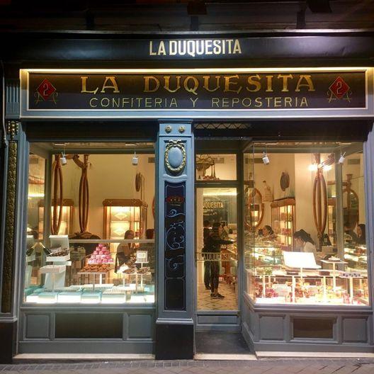 ¿Te gustan los dulces? Si viajas a Madrid, debes conocer La Duquesita. Desde 1914, una de las pastelerías más emblemáticas de la ciudad, ofreciendo riquísimos postres y dulces artesanales. Una vuelta al pasado. Encuéntrala en la calle Fernando VI, en Madrid.