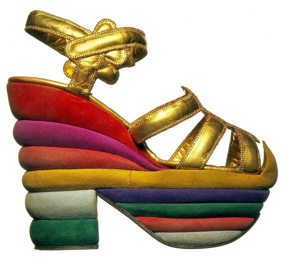 """La icónica plataforma """"Rainbow"""" diseñada por Salvatore Ferragamo para Judy Garland en 1938, vuelve a ser pieza de inspiración para la colección limitada de carteras diseñada por Sara Battaglia para Ferragamo."""
