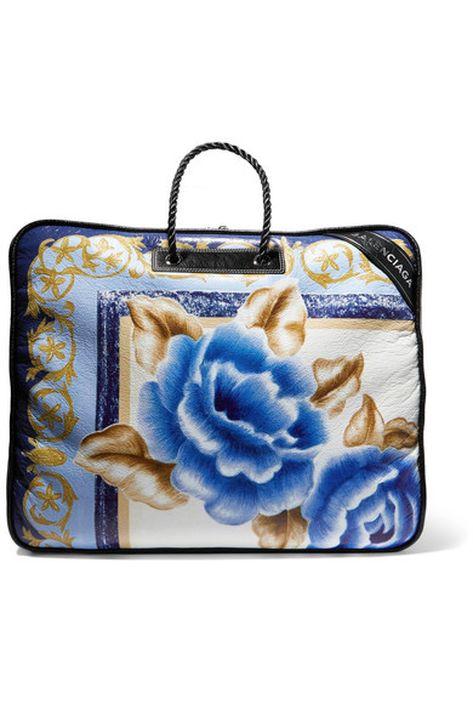 """Objeto de deseo… La cartera """"Blanket"""", de Balenciaga, en un precioso estampado clásico, floral y  barroco, contrasta con su tamaño descomunal, rompiendo todos los esquemas de proporción."""