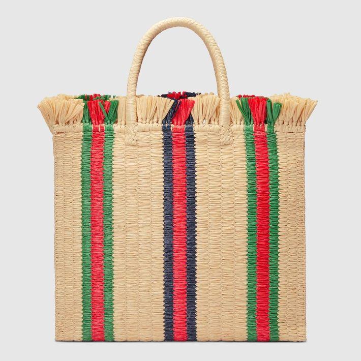 Objeto de deseo… Este bolso de paja con las emblemáticas rayas en verde y rojo  de la casa italiana. ¡Verano al estilo Gucci! (Suministrada)