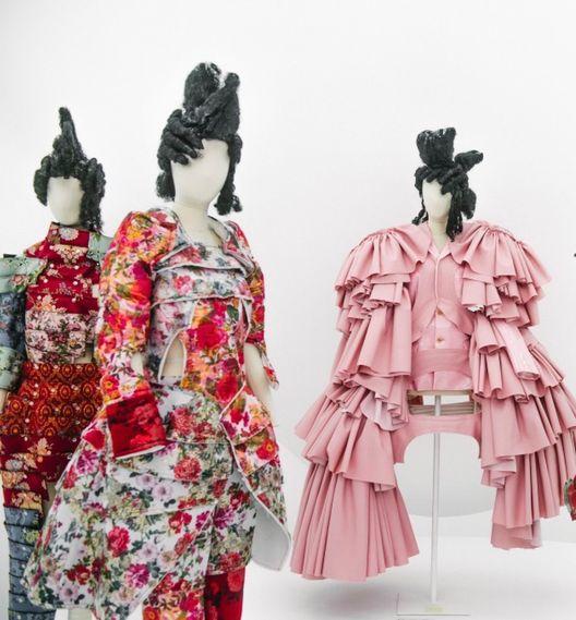 """La exposición """"Rei Kawakubo / Comme des Garçons: Art of the In-Between"""" en el MET de Nueva York,  celebra la visionaria, deconstructiva, conceptual y revolucionaria obra de esta diseñadora japonesa. Una obra sensacional que Kawakubo describe como """"lo bello que no es siempre bonito""""."""