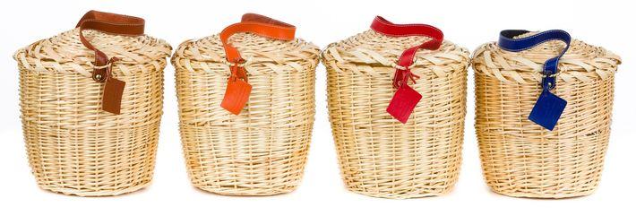 """ane Birkin se paseaba en Saint Tropez y París con su canasta """"Panier"""" de paja. Este verano varias firmas reviven el """"Panier"""", desde su forma rústica hasta estas de Lindroth: el  """"it bag"""" del verano."""