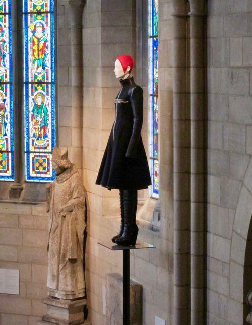 """""""Heavenly Bodies. Fashion and the Catholic Imagination"""", la exposición del MET que explora la interacción de la moda y el catolicismo es todavía más impresionante en """"The Cloisters"""". (Foto: Suministrada)"""
