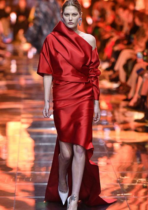 La colección Balenciaga Primavera 2019 ha sido la más clara referencia hecha por Demna Gvasalia al legado de Cristóbal Balenciaga. Este modelo drapeado de seda roja… ¡una obra de arte! (Foto: Suministrada)