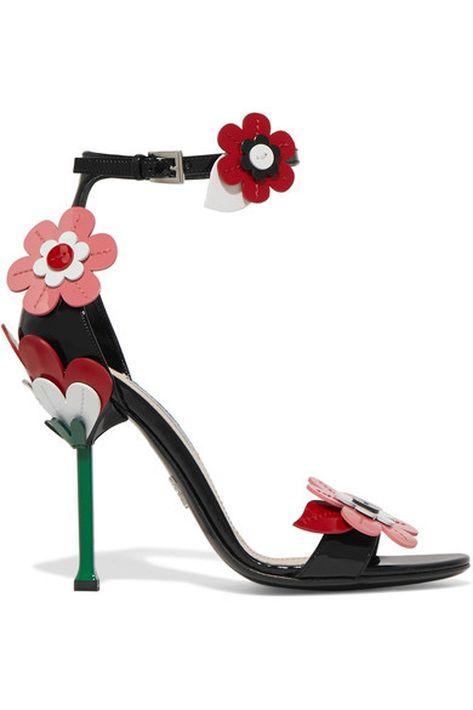 ¿Flores en primavera? Será un cliché, pero estas sandalias con flores de Prada, para esta primavera, son una belleza.