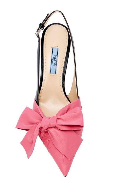 Serán tendencia esta primavera, los siempre femeninos lazos. Este estilo de Prada, exclusivo de Moda Operandi, lo tiene todo. Lazos al estilo de Miuccia Prada, ¡un éxito!