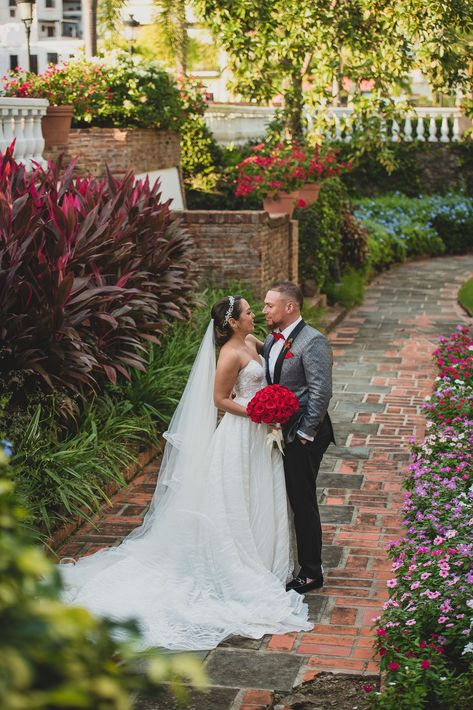 Christian Vázquez y Gabriela Otero en una pausa romántica en el jardín. La fotógrafa del evento fue Nilka Gissell y el videógrafo, Tony Fonseca.
