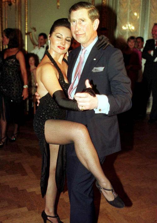 9 de marzo de 1999. El príncipe Charles baila tango con Adriana Vasile en la Cena de los Presidentes en Argentina durante una de sus visitas a ese país. (AP. Peter Nichols)