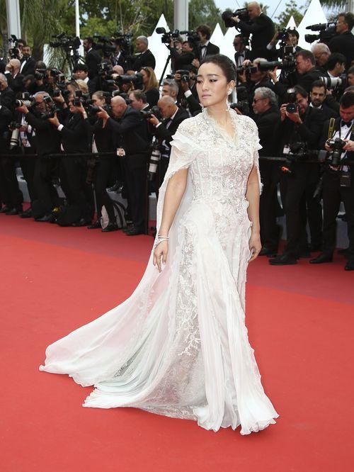 La actriz Gong Li con un vestido de Ralph & Russo de la colección de Alta Costura en tono plateado con un cuerpo tipo corsé y mangas vaporosas. (Photo by Joel C Ryan/Invision/AP)