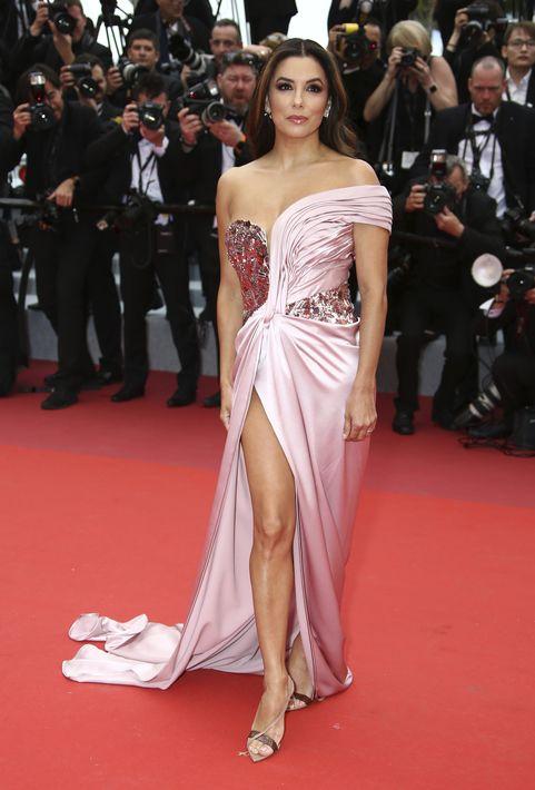 """Eva Longoria con un vestido rosa de escote corazón y asimétrico de Alberta Ferretti, posa en la alfombra roja antes de la proyección de la película """"The Dead Don't Die"""" , elegida para abrir la edición 72° del Festival de Cannes. (Photo by Joel C Ryan/Invision/AP)"""