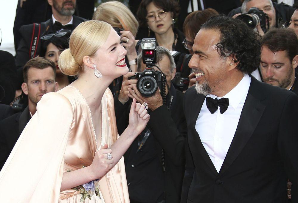Elle Fanning y el presidente del jurado, Alejandro González Iñárritu en la alfombra roja. (Photo by Joel C Ryan/Invision/AP)