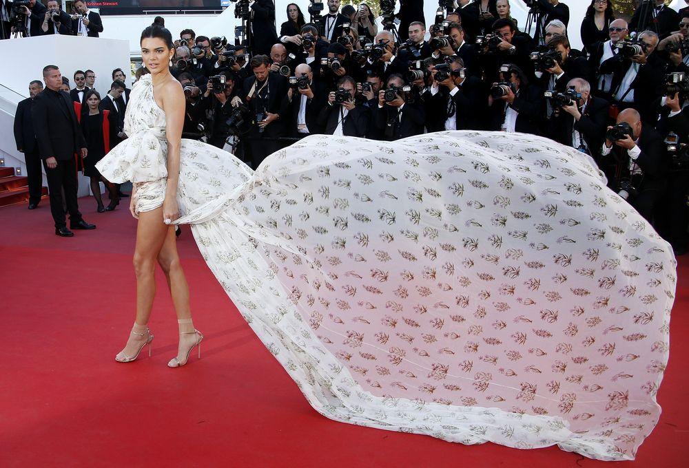 La modelo Kendall Jenner llegó con el viento a su favor en un vestido corto con enorme cola de la colección de alta costura de Giambattista Valli. También llamaron la atención las medias que usó con sandalias metálicas Jimmy Choo de tacón. ¿Será este un nuevo trend?EFE/EPA/SEBASTIEN NOGIER
