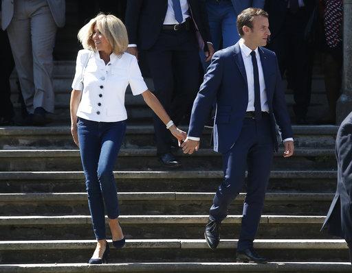 Brigitte Macron y su esposo, el presidente de Francia, Emmanuel Macron, salen de un colegio electoral en Le Touquet el 11 de junio de 2017. Foto AP/Thibault Camus.