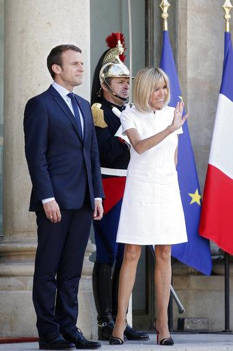 La primera dama acompaña a Emmanuel Macron en un acto protocolar del 8 de junio de 2017. AP/Thibault Camus.