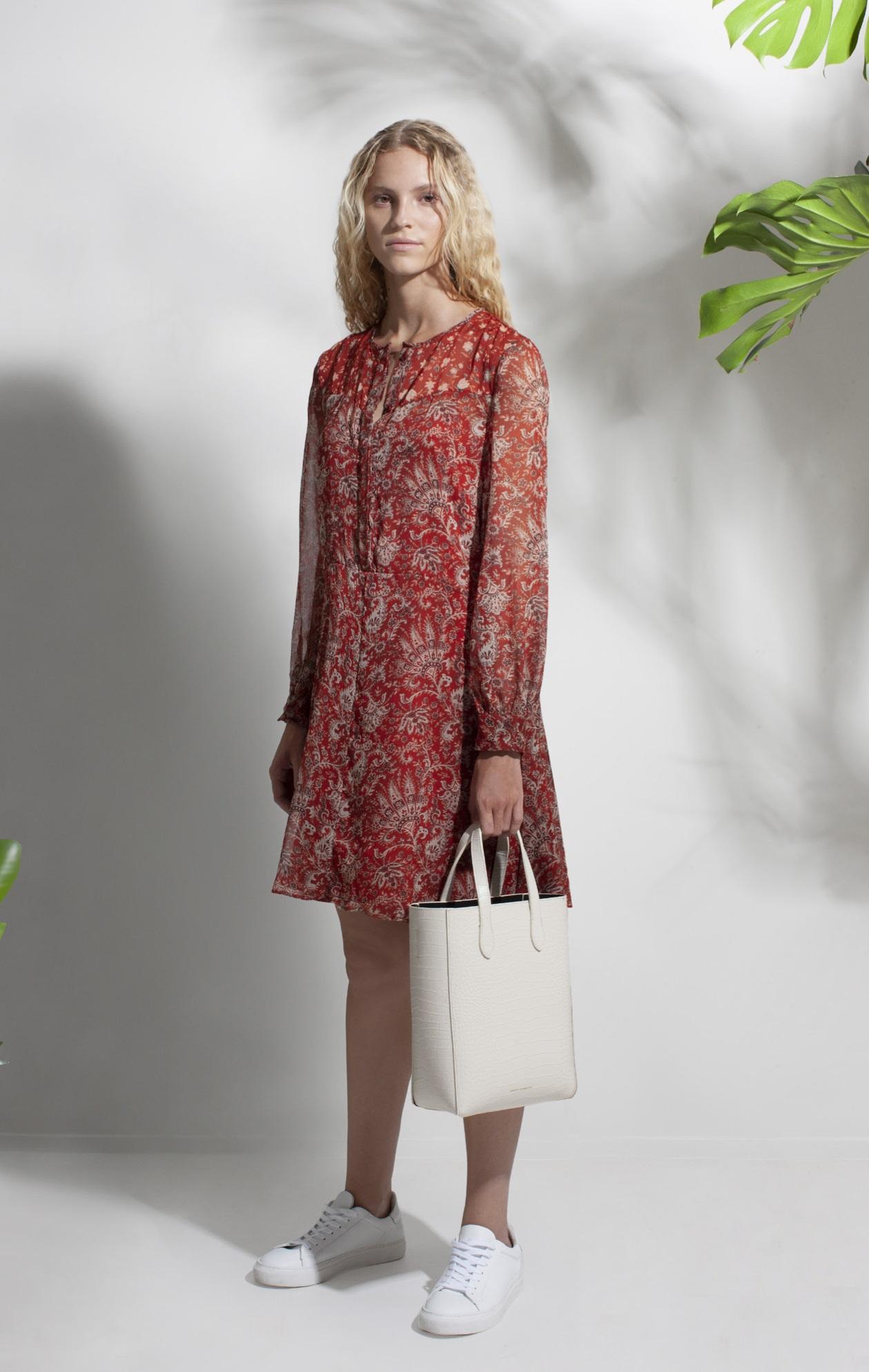 Cuando combinas el vestido corto con aire bohemio y un par de tenis siempre vas a reflejar un aspecto relajado y juvenil. (WGSN)