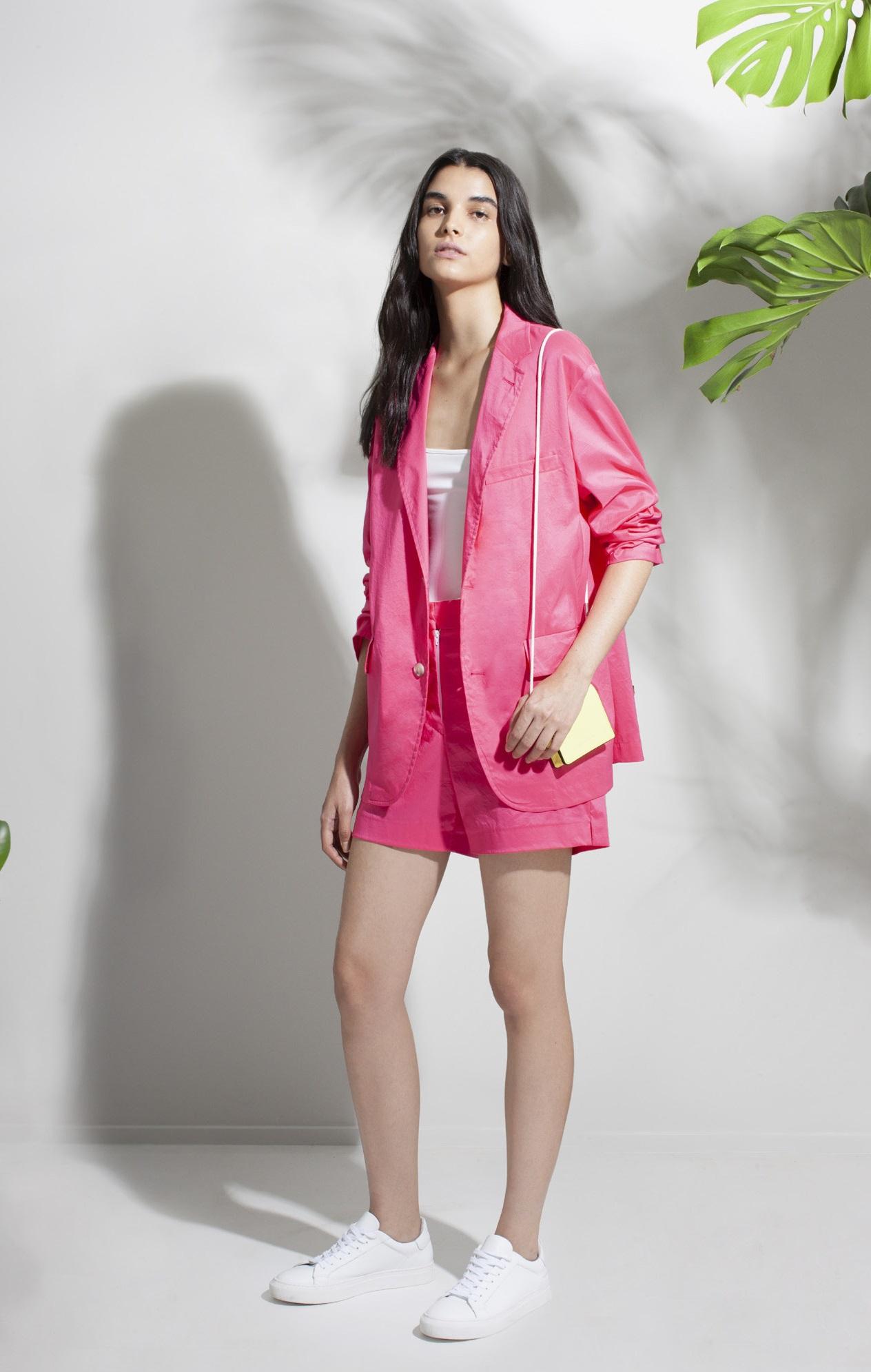 """También puedes usarlos con un conjunto de shorts y chaqueta en color vivo, un """"outfit"""" que bien puede catalogarse """"veraniego chic"""". (WGSN)"""