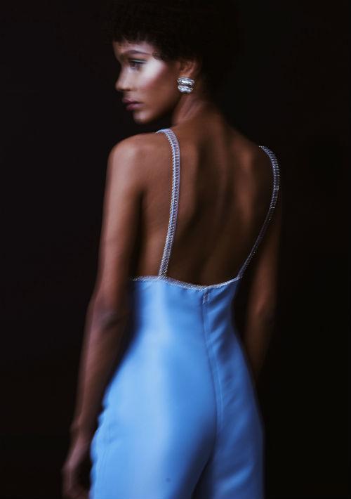 Vestido azul pastel con finos manguillos y amplio escote en la espalda. (Foto: Suministrada)