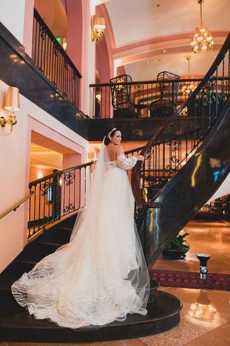 Gabriela Otero luce su vestido color marfill de encaje, entallado en la cintura con detalles de cristal, en las escaleras del Hotel Condado Vanderbilt en Condado. El velo de tul fue complementado con accesorios de cristales y perlas. Llevó zapatos rojos de seda Badgley Mischka