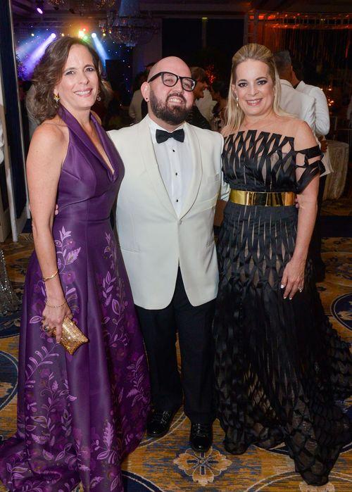 Jaer Cabán junto a Mónica y Michelle Guillermard.