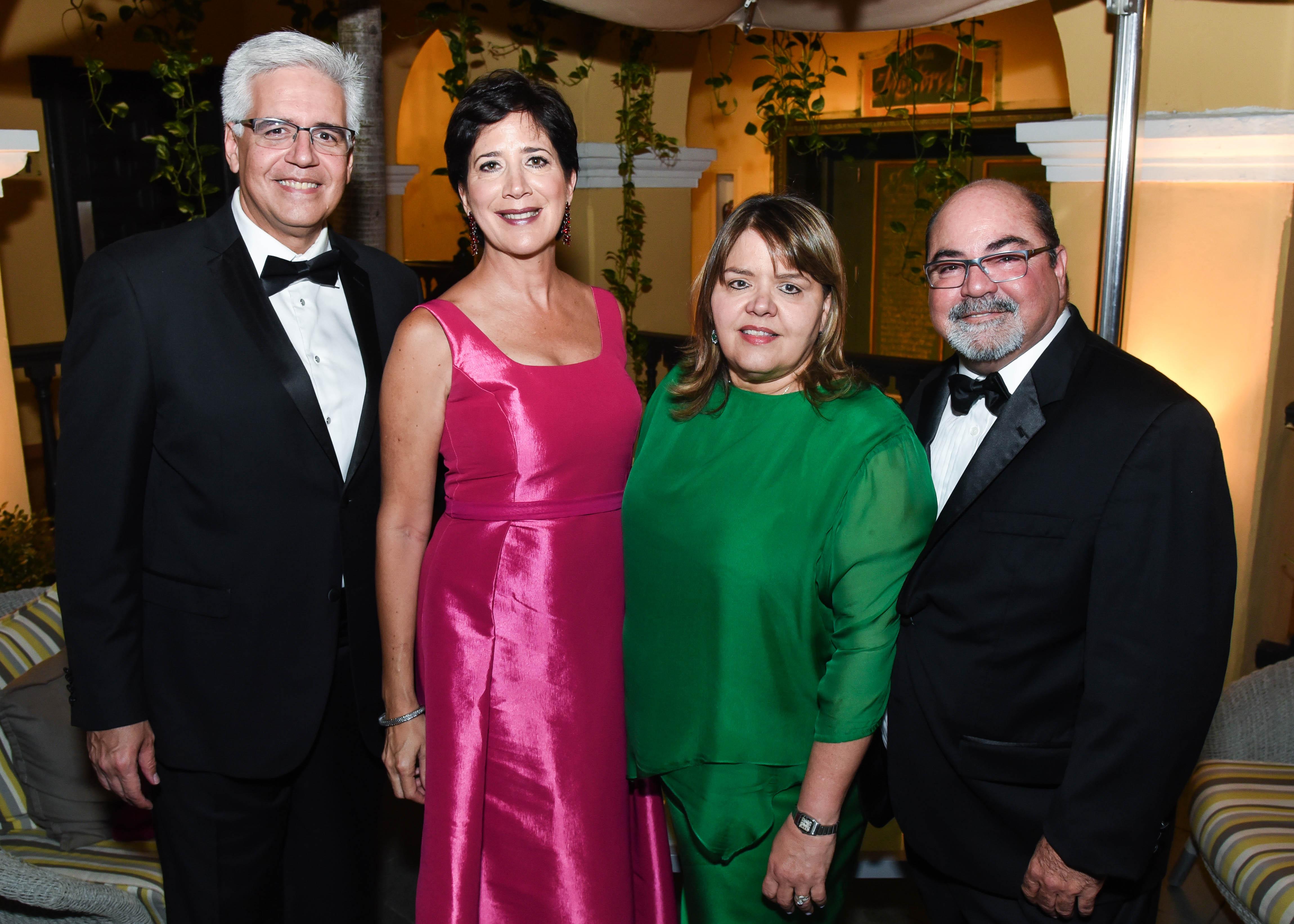 José Revuelta y Maritere Pacheco junto a Ileana y Miguel González. (Enid M. Salgado Mercado)