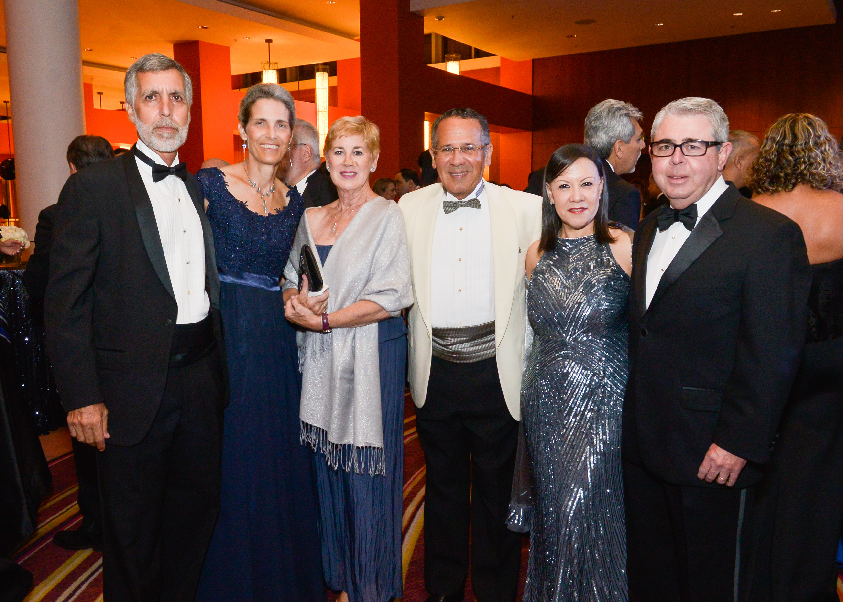 John Lombardo, Sylvia Locher, Áurea y Julio Soto, con Lourdes y Aniceto Solares. (Enid M. Salgado-Mercado)