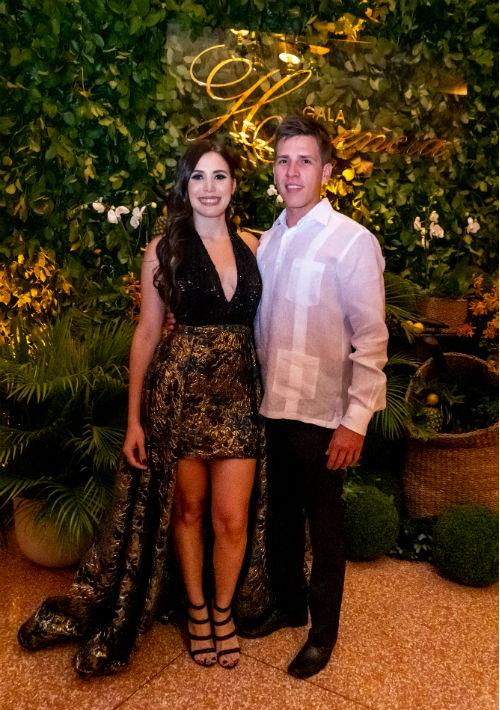La licenciada Gabriela Alvarado y Juan Negrón. (Ricky Reyes/ Especial para Magacín)