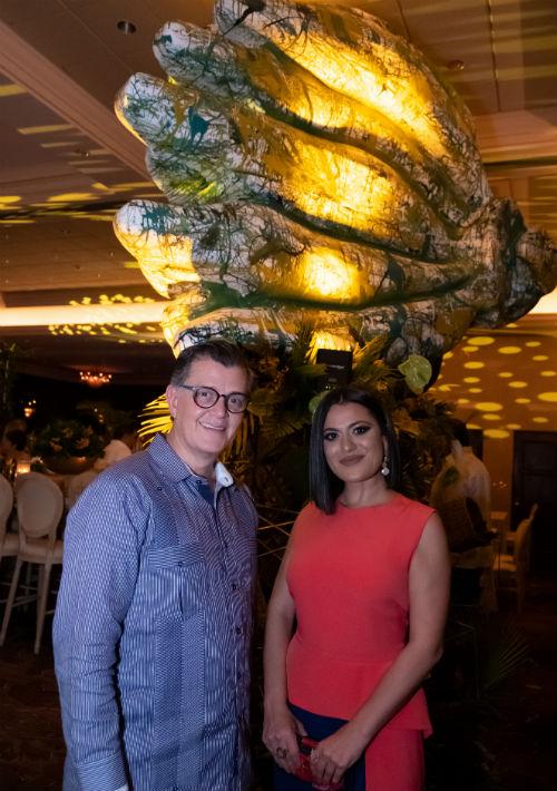 Como parte de la decoración se incluyeron obras de Bernardo Medina. En la foto el artista y Sofía Martínez.(Ricky Reyes/ Especial para Magacín)