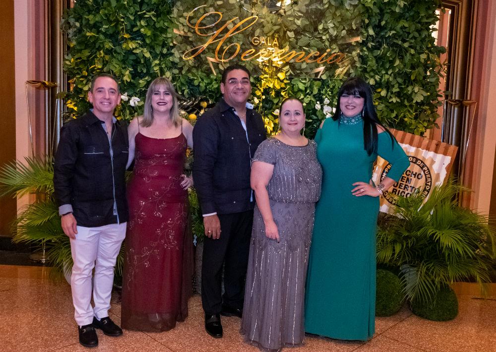 Carlos Moreno, vicepresidente ejecutivo comercial de GFR Media junto a Renissa Gutierrez, Raúl Vega,  Alexa Caraballo y Michelle Perez. (Ricky Reyes/ Especial para Magacín)