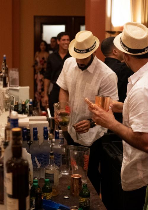 Como parte de la experiencia de la gala, los mixólogos capturaron la esencia local a través de las bebidas con toques de sabores como coco, parcha, tamarindo y cilantro. (Ricky Reyes/ Especial para Magacín)