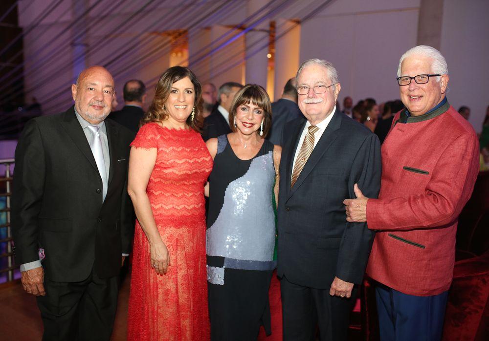 Alberto Acosta, Laura López, Marisita y Rafael Cortés junto a Guillermo Martínez. (Foto: José R. Pérez Centeno)