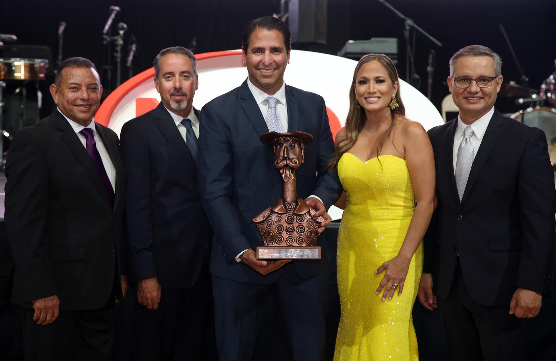 Refrigerama recibió el Premio Especial por sus  60 años de historia. En la foto, homenajeados  junto a Manuel Reyes-Alfonso. (José Rafael Pérez Centeno)