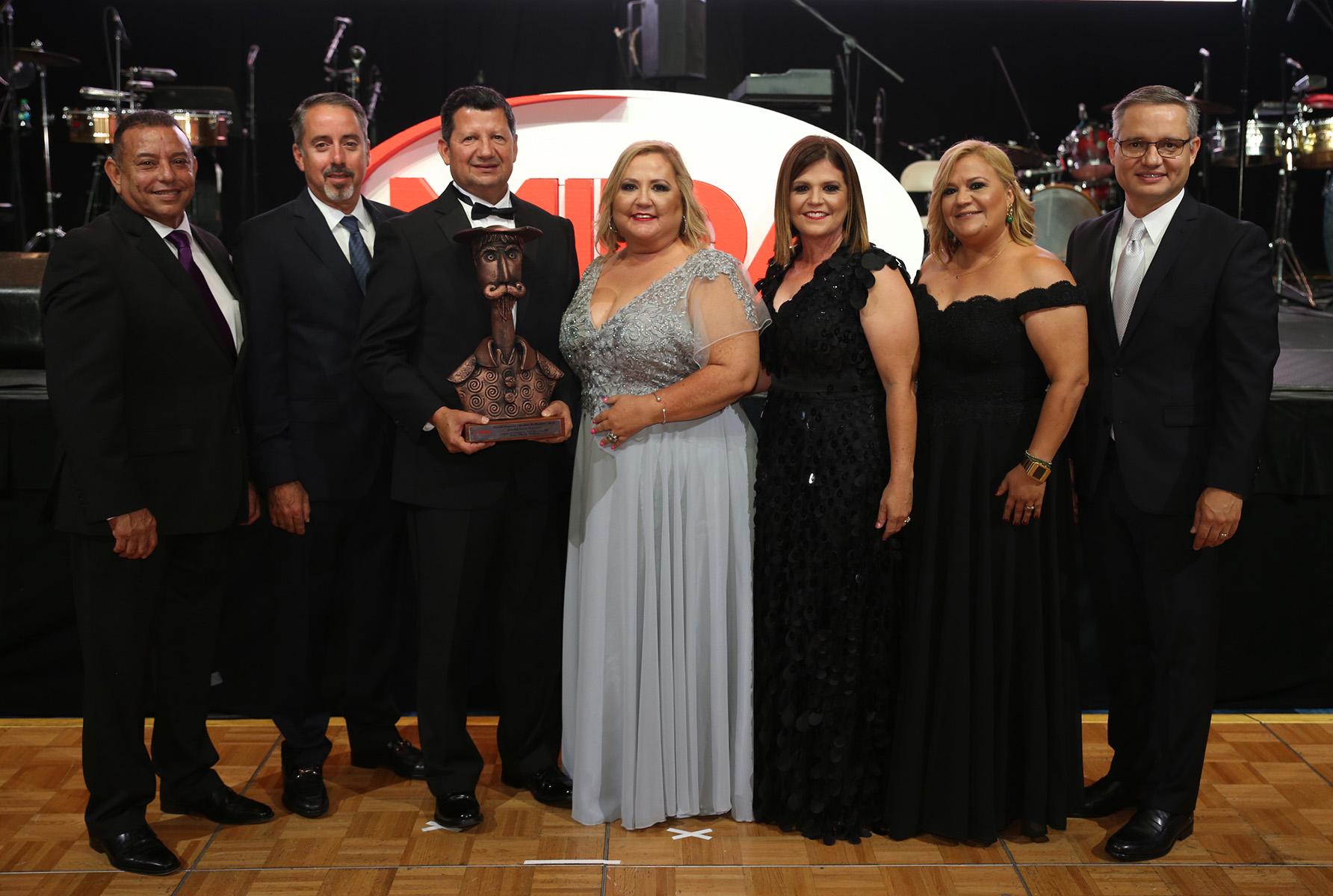 Hatillo Cash N Karry recibió el Premio Especial a sus 40 años de historia. (José Rafael Pérez Centeno)