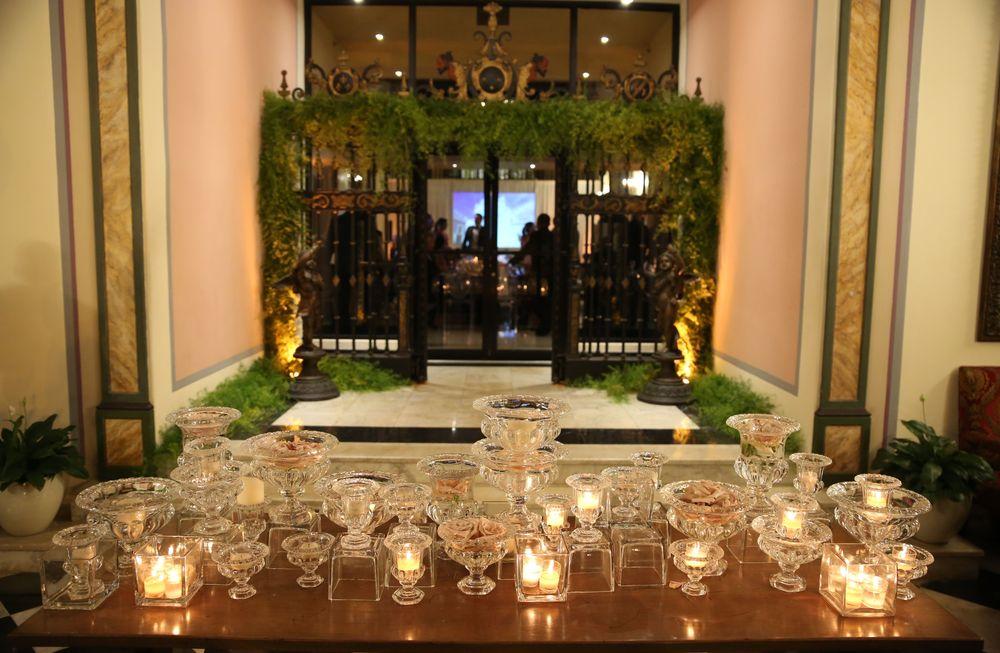 La ambientación con velas, fina cristalería y follaje fue de Emilio Olabarrieta. Foto José R. Pérez Centeno