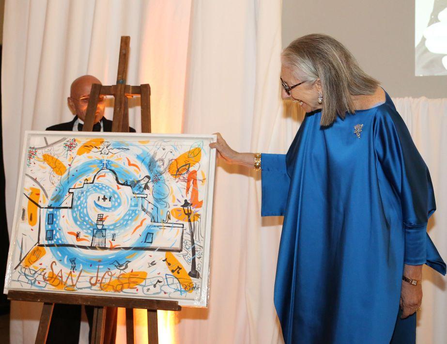Durante la actividad, dedicada a Marie Helene Morrow, se le obsequió una obra de Jorge Zeno. También se celebró una subasta silente con piezas del mismo artista. Foto José R. Pérez Centeno.