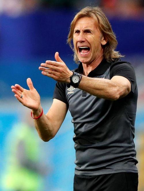 """Un """"look"""" aún más informal es el que seleccionó el entrenador de Perú, el argentino Ricardo Gareca. (EFE)"""
