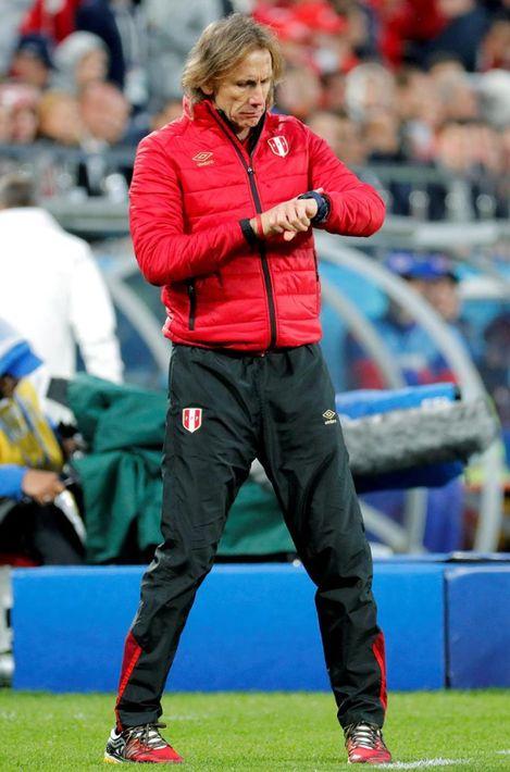 """Para el encuentro de la selección peruana ante Francia, Ricardo Gareca sumó un """"windbreaker"""" rojo a su ropa deportiva. (EFE)"""