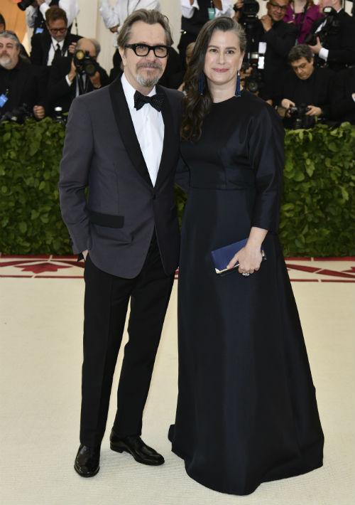 Gary Oldman y Gisele Schmidt (AP)